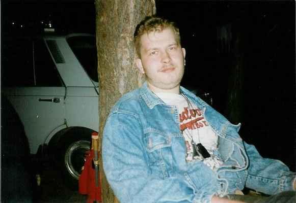 Na Mácháči - nevím, kdy to bylo u žádný fotky. Jen odhaduju, že je mi tady cca 23let, tedy je to před 11 lety. Asi.<br>Vážím tady cca 115kg. Koneckonců ten ovar mluví za vše:o)
