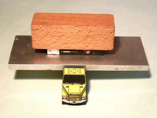 obr. č.68 - Pro zajímavost - zatížení slepených dílů - kovová destička a na ní díl zatížený dřevěnou kostkou, vždy pamatujte na vhodnouváhu aby se díly nebortily!!