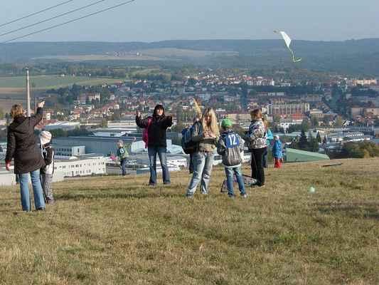 V pozadí Boskovice. Na obzoru se zvedá hřeben Drahanské vrchoviny.