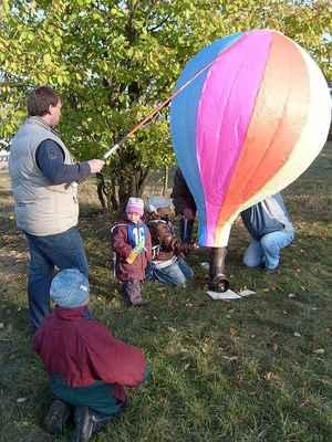 Start makety horkovzdušného balónu.