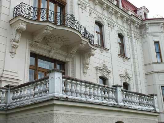 Secesní Löw-Beerova vila ve Svitávce se historicky váže k funkcionalistické vile Tugendhat Brno. Právě tady a v druhé menší vile o kus dál celá historie spojení rodin začala. Nyní zde sídlí úřad městyse. Dole je nádherný malý koncetrní sál.