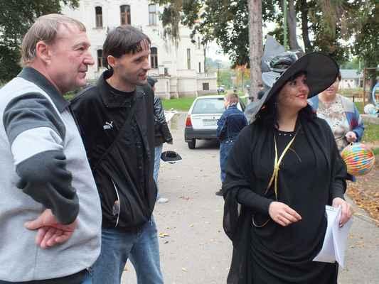 Vpravo paní Miroslava Holasová z úřadu městyse, jenž sídlí vzadu ve vile.