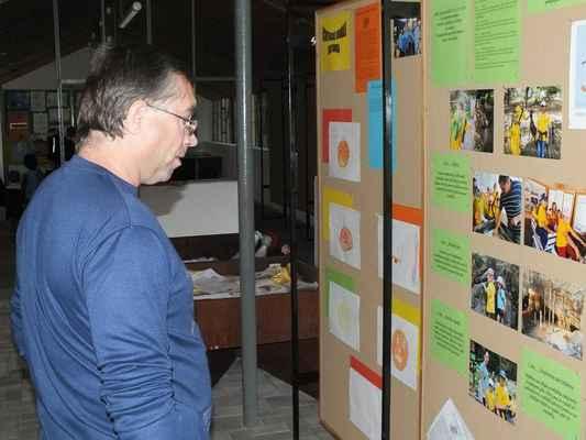 Před začátkem mnozí navštívili výstavky fotografií ochotnického divadla a Mateřského centra Ferda v rekonstruovaném Skleníku.