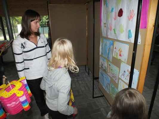 Panely s kresbami dětí Mateřského centra Ferda.
