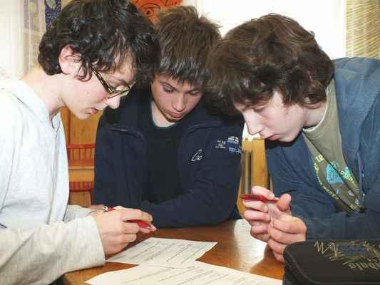 První rozstřel - test na čas. Chlapci z místního gymnázia schovali karty a opět se pohroužili do otázek.