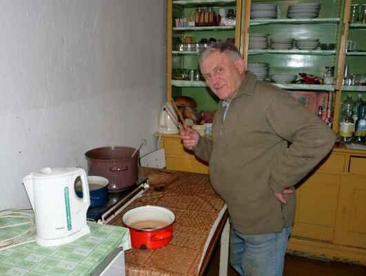 Dobrá duše chlumeckého chovatelského areálu a velký přítel plymutkářů Josef Vosáhlo podával i letos svůj vyhlášený gulášek.