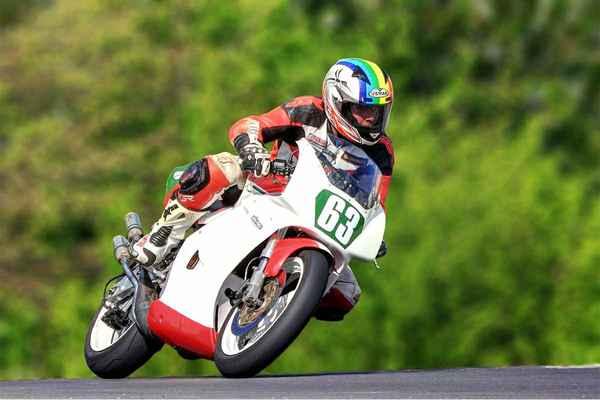 63 - Walter Lukáš (CZ) SUZUKI RGV 250 en.wikipedia+motorkari.cz – výkon 62 hp = 45,3 kW při 11000 ot/min, max. rychlost standardního RGV250 je cca 209 km/h, zrychlení z nuly na 100 km/h cca 3,7 sekundy (2015)
