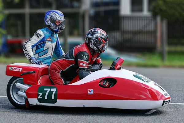 Pro diváky je velmi přitažlivý závod sidecarů (sidecar je motocykl s přívěsným (postranním) vozíkem). z77 - Šlezar Pavel, Šlezar Michal (CZ) SUZUKI SCHMIDT (2012)