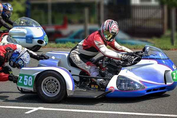 Sidecaru startují roztlačením oba jezdci, první naskočí řidič, pak spolujezdec. Zde je vidět i uložení motoru. z58 - Sedláček Roman, Sedláček Ondřej (CZ) HONDA CB 836 (2012)