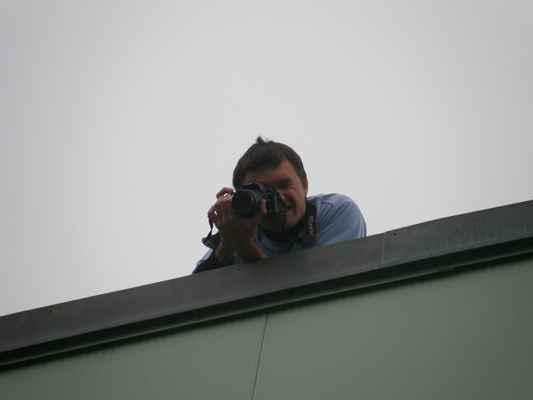 pátek - Karloss na střeše fotí lidský nápis AZUB