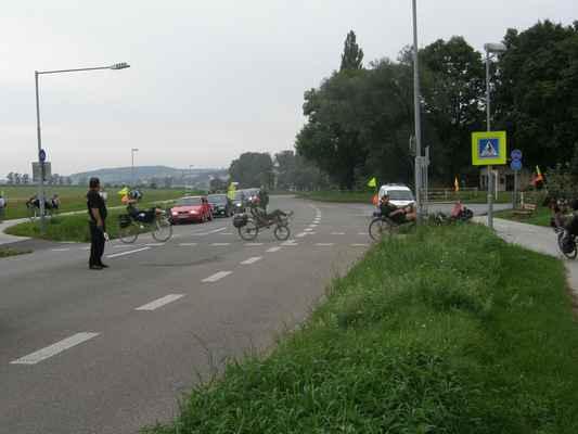 pátek - Cyklostezka přejídí silnici a nás je fakt moc, tak nám asistuje městská policie