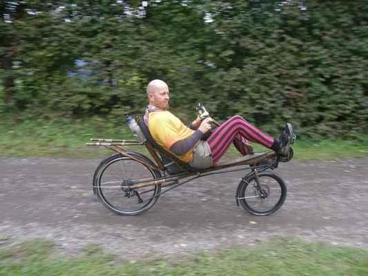 pátek - v kempu zkouším s nadšením bambusové kolo. Krásně to pruží a žehlí všechny nerovnosti.