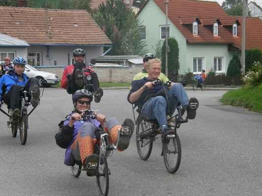 Sobota - V sobotu vyrážíme směr na Velehrad. Karloss drobáto zrušil svoje kolo, tak jede na půjčeném lowraceru