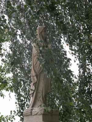 Sobota - panenka Marie Lurdská, větve břízy a vítr. Šla z ní zvláštní síla